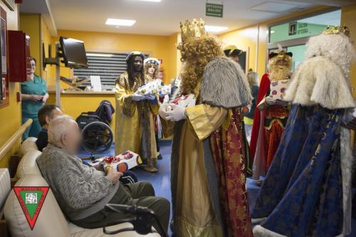 Los Reyes Magos visitan a nuestros mayores en las residencias de Basauri